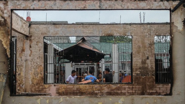 Sebelum kerusuhan, petugasmemeriksatiga tahanan yang terbukti mengonsumsi narkotika. Ketiganya berinisial IM, Z, dan D. Selang beberapa saat setelah pemeriksaan tiga tahanan itu, kerusuhan terjadi. (ANTARA FOTO/Rony Muharrman/hp).