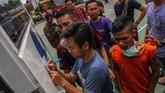 Petugas Rutan menggiring salah satu narapidana (kanan) yang berhasil ditangkap usai melarikan diri ketika terjadi kerusuhan di Rutan Kelas II B Siak Sri Indrapura, Kabupaten Siak, Riau, Sabtu (11/5). (ANTARA FOTO/Rony Muharrman/hp).