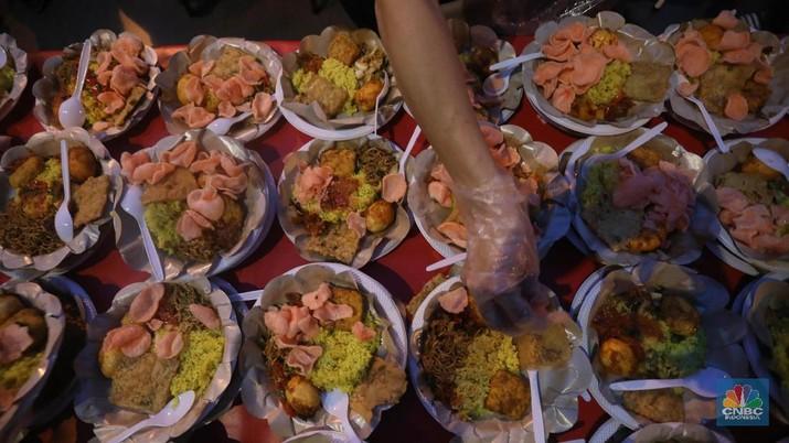 Warga Tionghoa memberi makanan Takjil buka puasa di Wihara Dharma Bakti, Petak Sembilan Glodok,  Jakarta Barat, Jumat (10/5). (CNBC Indonesia/Muhammad Sabki)