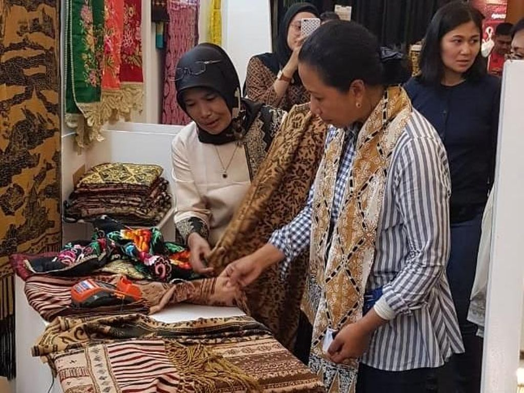 Beberapa perajin batik mitra binaan Rumah Kreatif BUMN dari berbagai wilayah di Indonesia disambangi oleh Rini. Seperti ini salah satunya. Foto: dok. BNI