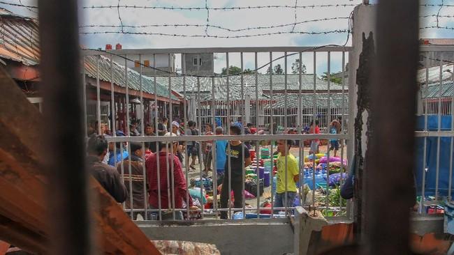 Ratusan narapidana dan tahanan mempersiapkan barang-barang ketika menunggu proses evakuasi pasca terjadinya kerusuhan di Rutan Kelas II B Siak Sri Indrapura, Kabupaten Siak, Riau. (ANTARA FOTO/Rony Muharrman/hp).