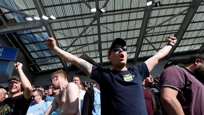 Pendukung Manchester City merayakan keberhasilan tim kesayangan mereka meraih kemenangan di pekan terakhir Liga Inggris musim ini. (REUTERS/Toby Melville)