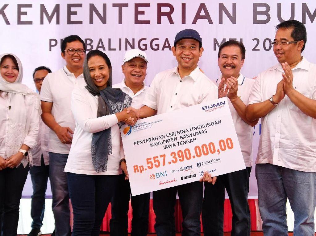 Menteri BUMN Rini M Soemarno bersama Direktur Utama Bank BTN Maryono memberikan bantuan sosial BUMN di Kabupaten Banyumas disela acara safari ramadhan BUMN.