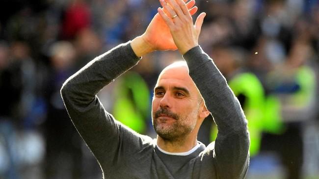 Pep Guardiola tersenyum di akhir pertandingan. Guardiola memberikan gelar Liga Inggris kedua bagi Manchester City setelah tahun lalu 'The Citizens' juga jadi juara. (REUTERS/Toby Melville)