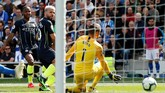 Sergio Aguero langsung memberikan gol balasan satu menit kemudian. Gol ini mengangkat beban yang ada di pundak pemain-pemain Manchester City. (Reuters/John Sibley)