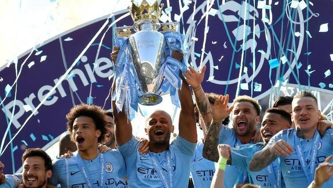 Kapten Vincent Kompany mengangkat trofi Liga Inggris disertai kegembiraan rekan-rekan setim Kompany. (REUTERS/Toby Melville)