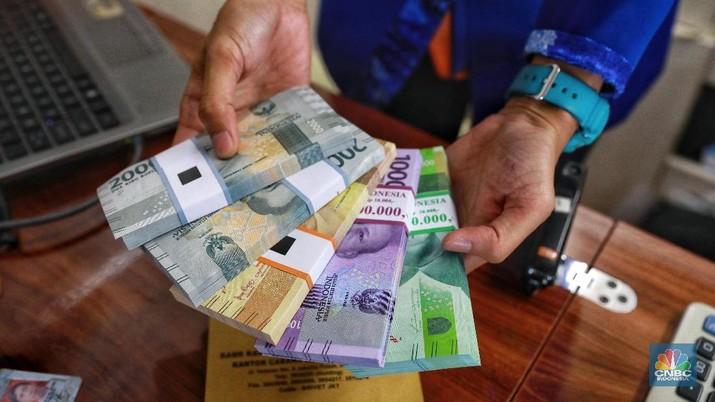 Warga menukarkan sejumlah uang di mobil kas keliling dari sejumlah bank yang terparkir di Lapangan IRTI Monas, Jakarta, Senin (13/5/2019). (CNBC Indonesia/Andrean Kristianto)