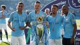 Kuartet pemain Brasil, Danilo, Ederson, Gabriel Jesus, dan Fernandinho berpose bersama trofi Liga Inggris. (Reuters/John Sibley)