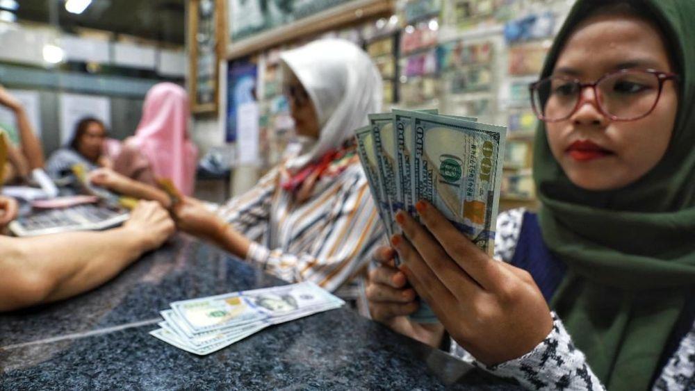 Pelemaha nilai tukar Rupiah terhadap dolar Amerika Serikat (AS) pada penutupan pasar mereda menjadi 90 poin setelah sempat terkoreksi lebih dari 100 poin di pasar spot. (CNBC Indonesia/Andrean Kristianto)