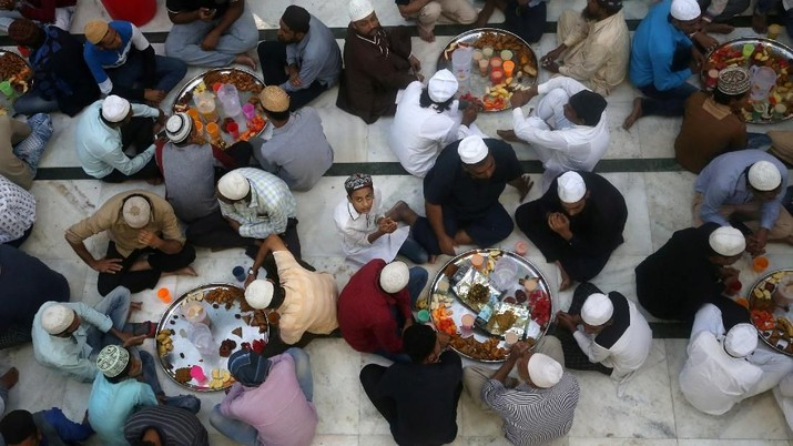 Buka Puasa di Berbagai Negara (Muslims wait to have their Iftar (breaking fast) meals inside a mosque during the holy fasting month of Ramadan in Mumbai, India, May 10, 2019. REUTERS/Francis Mascarenhas)