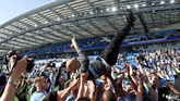 Pep Guardiola diangkat oleh pemain dan staf Manchester City. Guardiola dan Manchester City kini membidik trofi Piala FA di akhir musim. (REUTERS/Toby Melville)