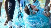 Bernardo Silva punya cara tersendiri untuk merayakan gelar juara Liga Inggris. Ia dikelilingi confetti. (REUTERS/Toby Melville)