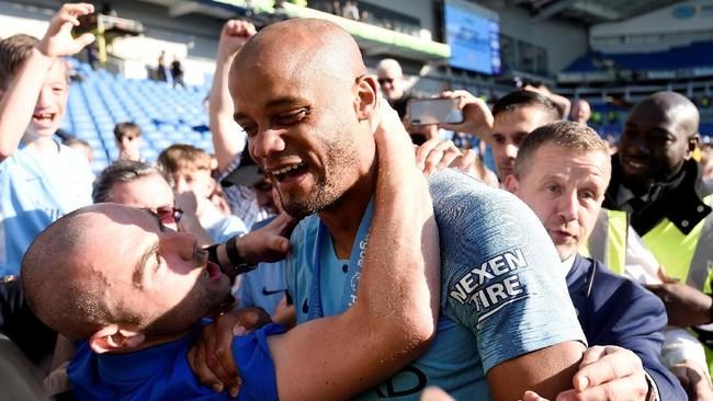 Vincent Kompany merayakan gelar bersama pendukung Manchester City. (REUTERS/Toby Melville)