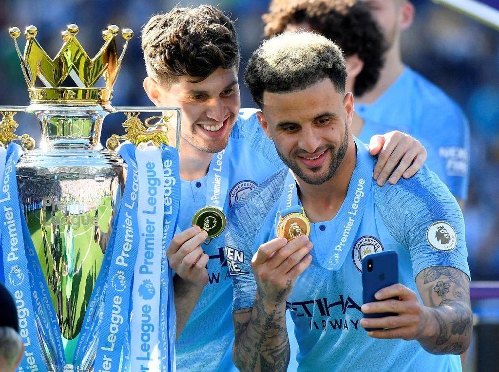 Juara Premier League 2018/2019, Manchester City, beralih ke Puma sejak 2019. Nilai kontraknya dikabarkan mencapai 65 juta pounds atau Rp 1,16 triliun, terbesar keempat di dunia. (Foto: Toby Melville/Reuters)