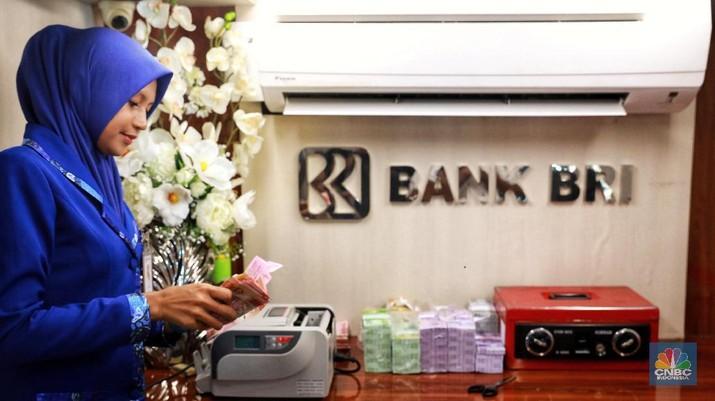 Warga menukarkan sejumlah uang di mobil kas keliling dari bank BRI yang terparkir di Lapangan IRTI Monas, Jakarta, Senin (13/5/2019). (CNBC Indonesia/Andrean Kristianto)