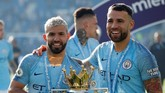 Duo Argentina, Sergio Aguero dan Nicolas Otamendi berpose dengan trofi Liga Inggris. (Reuters/John Sibley)