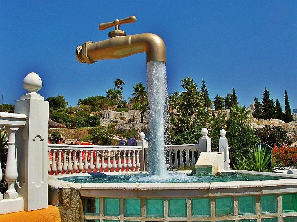 Tap Fountain, Spanyol. Konsel air mancur ini mungkin yang terbaik dan menakjubkan. Terletak di Menorca, Spanyol, air mancur berbentuk keran air raksasa ini terlihat seperti menggantung di udara. Triknya, penopang keran raksasa tersebut ternyata disembunyikan di balik aliran air yang keluar dari air mancur. Keren! Foto: via Brainberries