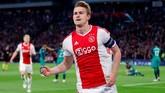 Matthijs de Ligt dipastikan direktur Ajax Amsterdam Edwin van der Sar akan hengkang ke Inggris atau Spanyol. MU dinilai cocok untuk mengembangkan karier bek 19 tahun tersebut. (Reuters/Matthew Childs)