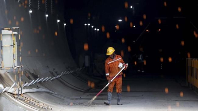 Pengerjaan terowongan kemudian akan dilanjutkan dengan pekerjaan konstruksi lainnya, seperti tracking, signaling, dan pemasangan kabel. (REUTERS/Willy Kurniawan)