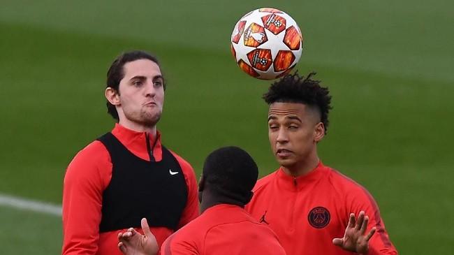 MU juga dikabarkan Daily Mirror berambisi mendapatkan Adrien Rabiot (kiri) secara gratis dari PSG. MU harus bersaing dengan Chelsea dan Juventus untuk mendapatkan Rabiot. (FRANCK FIFE / AFP)