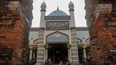 Masjid Menara Kudus, di desa Kauman, Kudus, Jawa Tengah, dibangundengan arsitektur perpaduan budaya Islam dengan Hindu yang dibangun oleh Sunan Kudus pada 1549 Masehi. (ANTARA FOTO/Yusuf Nugroho/ama.)
