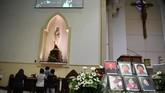 Umat Katolik berdoa usai mengikuti misa peringatan setahun tragedi bom gereja Surabaya di Gereja Katolik Santa Maria Tak Bercela, Surabaya, Jawa Timur, Senin (13/5/2019). Pada peringatan tersebut digelar juga doa lintas agama yang dihadiri sejumlah pemuka agama. ANTARA FOTO/Zabur Karuru/wsj.