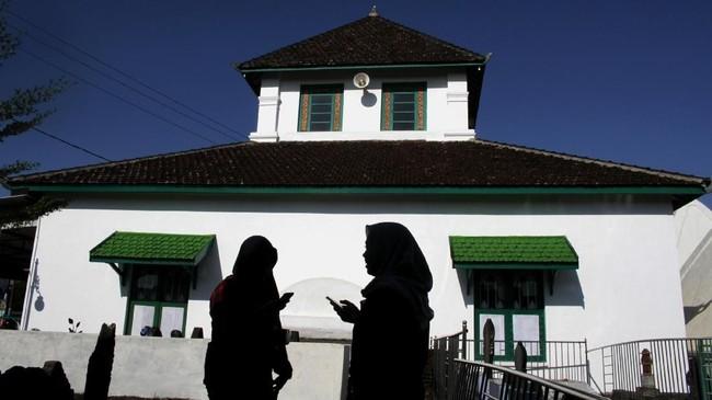 Masjid Tua Al Hilal Katangka Gowa di Sulawesi Selatan merupakan masjid tertua di Sulawesi Selatan yang dibangun pada 1603 oleh Raja Gowa XIV, I Mangarangi Manrabbia (Sultan Alauddin) dan menjadi tempat wisata religi yang ramai dikunjungi wisatawan. (ANTARA FOTO/Arnas Padda)
