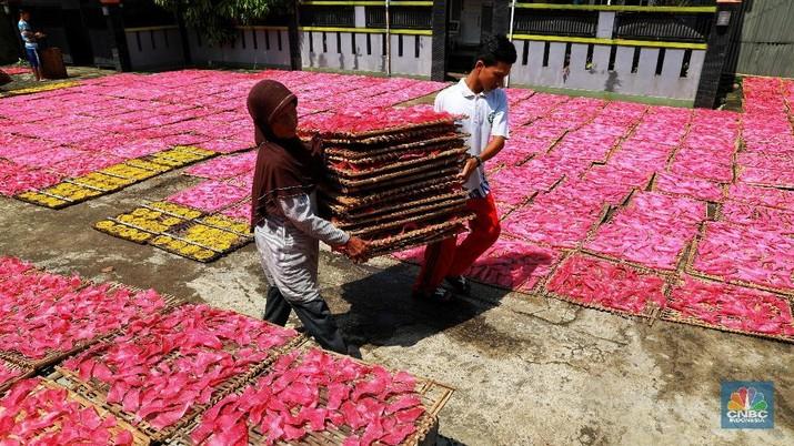 Kerupuk yang biasanya ramai dicari saat bulan ramadhan ini banyak dihasilkan dari kampung tersebut.