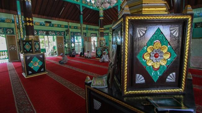Umat muslim beribadah di Masjid Sultan Suriansyah Banjarmasin, Kalimantan Selatan,yangbersejarah dan salah satu masjid tertua di Kalseldan dibangun dari kayu ulin. (ANTARA FOTO/Bayu Pratama S/hp.)