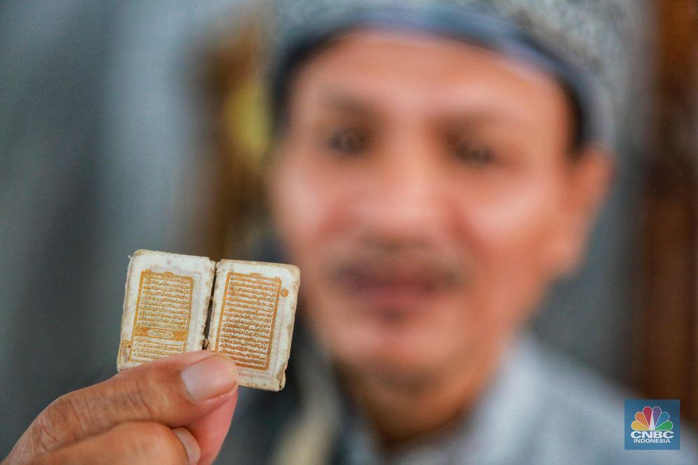 H. Tubagus Muhammad Tamyiz memperlihatkan Al Quran mini miliknya saaat dijumpai di Masjid Jami Darussalam, Desa Pasir Jambu, Kecamatan Sukaraja, Kabupaten Bogor, Selasa (14/5/2019). (CNBC Indonesia/Andrean Kristianto)