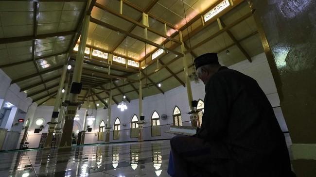 Warga membaca Al Quran di Masjid Jami' Peneleh, Surabaya, Jawa Timur. Masjid yang didirikan oleh Sunan Ampel dan terletak di kawasan Peneleh itu merupakan salah satu masjid tertua di Surabaya. (ANTARA FOTO/Didik Suhartono/pd.)