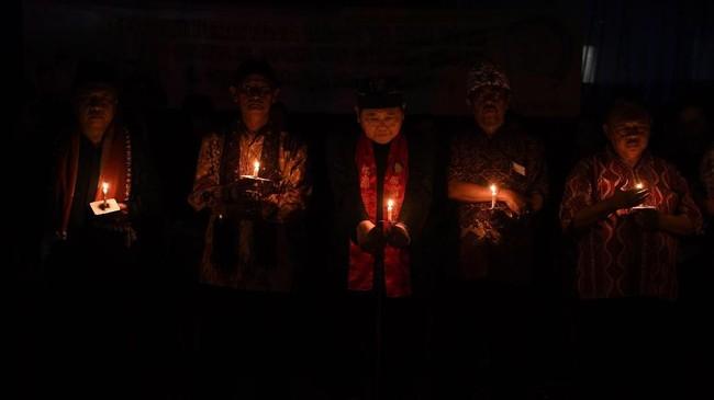Pemuka lintas agama berdoa bersama saat peringatan setahun tragedi bom gereja Surabaya di Gereja Katolik Santa Maria Tak Bercela, Surabaya, Jawa Timur, Senin (13/5/2019). Pada peringatan tersebut digelar juga doa lintas agama yang dihadiri sejumlah pemuka agama. ANTARA FOTO/Zabur Karuru/wsj.