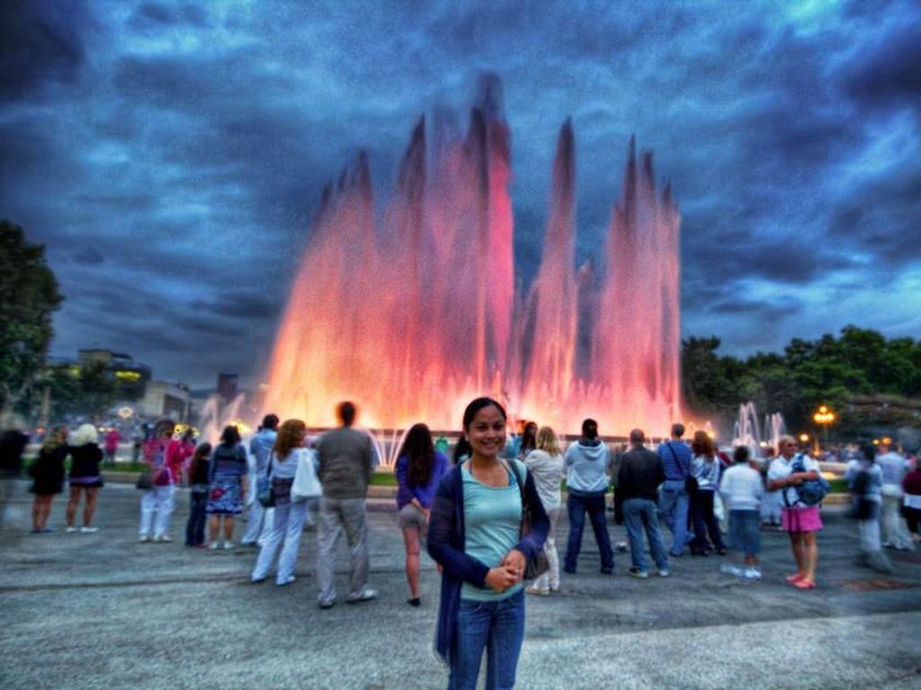 Magic Fountain of Montjuic, Barcelona, Spanyol. Memancarkan cahaya dan warna-warni, ini adalah salah satu air mancur tercantik di Eropa. Berlokasi di Barcelona, Spanyol, air mancur ini bisa ditemui di antara National Palau and Placa d'Espanya. Carles Buigas merancangnya pada 1929 dan mempekerjakan 3.000 pekerja untuk menyelesaikannya kurang dari setahun. Foto: via Brainberries