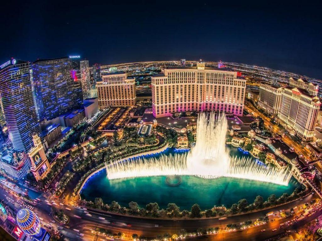 Bellagio Fountains, Las Vegas, AS. Las Vegas terkenal dengan berbagai atraksi spektakuler. Selain itu, kota ini juga punya salah satu air mancur yang menarik di dunia. Air mancur Bellagio menarik wisatawan berkumpul untuk menyaksikan pertunjukan tarian air mancur yang megah di halaman hotel Bellagio. Foto: via Brainberries