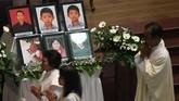 Umat Katolik melaksanakan misa peringatan setahun tragedi bom gereja Surabaya di Gereja Katolik Santa Maria Tak Bercela, Surabaya, Jawa Timur, Senin (13/5/2019). Pada peringatan tersebut digelar juga doa lintas agama yang dihadiri sejumlah pemuka agama. ANTARA FOTO/Zabur Karuru/wsj.