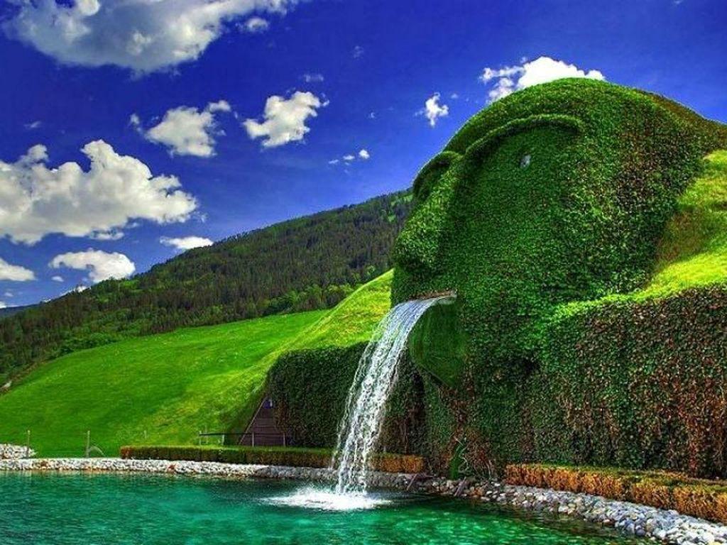 Swarovski Fountain, Watten, Austria. Pergilah ke Watten, Austria untuk menikmati tontonan yang luar biasa ini. Air mancur Swarovski terletak di taman Crystal World yang dibangun oleh perusahaan Swarovski. Tak heran, nama ini disematkan pada air mancur tersebut. Air mancur Swarovski berbentuk kepala raksasa yang menjadi bagian dari bukit, kemudian air mengalir keluar dari mulut raksasa itu. Foto: via Brainberries