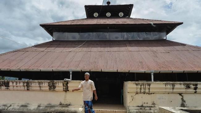 Masjid Tuha Indrapuri, Kabupaten Aceh Besar, Aceh, salah satu masjid bersejarah dan tertua berkontruksi kayu berusia ratusan tahun di Aceh. Masjid dibangun pada masa kerajaan Sultan Iskandar Muda pada abad 16 yang lokasinya merupakan bekas bangunan candi peninggalan kerajaan Hindu di Aceh. (ANTARA FOTO/Ampelsa/ama)