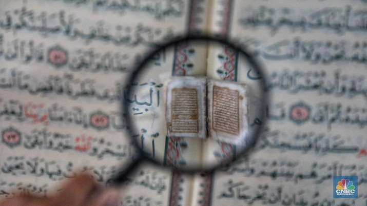 Meraba Al Quran Terkecil se-Dunia yang  Berusia 5 Abad