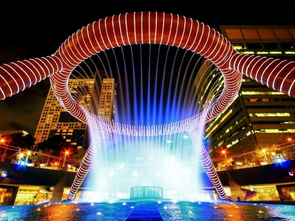 Fountain of Wealth, Suntec, Singapura. Guinness Book of Records menobatkan air mancur ini sebagai yang terbesar di dunia pada 1998. Air mancur ini ada di Suntec City Mall yang terkenal di Singapura. Dibangun pada tahun 1995, air mancur ini merupakan simbol umur panjang, keberuntungan dan segala macam kekayaan.Foto: via Brainberries