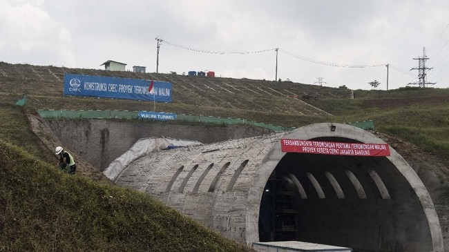 Pekerja melintas di dalam terowongan atau Tunnel Walini saat pengerjaan proyek Kereta Cepat Jakarta-Bandung di Kabupaten Bandung Barat, Jawa Barat, Selasa (14/5). (ANTARA FOTO/M Agung Rajasa).