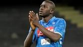 Kalidou Koulibaly sudah menjadi incaran MU sejak paruh musim ini. Bek Napoli tersebut diklaim menjadi pemain yang diminta langsung manajer MU Ole Gunnar Solskjaer. (REUTERS/Ciro De Luca)