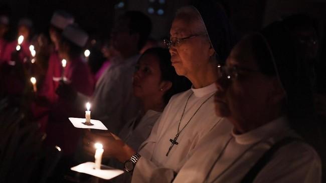 Sejumlah umat katolik dan umat lintas agama berdoa bersama saat peringatan setahun tragedi bom gereja Surabaya di Gereja Katolik Santa Maria Tak Bercela, Surabaya, Jawa Timur, Senin (13/5/2019). Pada peringatan tersebut digelar juga doa lintas agama yang dihadiri sejumlah pemuka agama. ANTARA FOTO/Zabur Karuru/wsj.