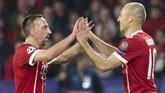Dua gelandang veteran, Franck Ribery (kiri) dan Arjen Robben, berstatus bebas transfer pada akhir musim 2018/2019 dan mengakhiri karier bersama Bayern Munchen. (JORGE GUERRERO/AFP)