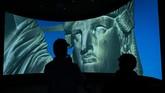 Pengunjung juga bisa menyaksikan video yang berisi sejarah Patung Liberty, yang merupakan hasil desain seniman Prancis Frederic-Auguste Bartholdi dan diberikan sebagai hadiah merayakan hari kemerdekaan ke-100 AS pada 1876. (Drew Angerer/Getty Images/AFP)