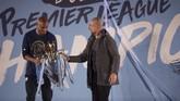 Vincent Kompany (kiri) berstatus sebagai pemain bebas transfer setelah meraih gelar keempat di Liga Inggris bersama Manchester City. (OLI SCARFF/AFP)