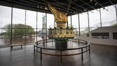 Di tengah museum itu, ada obor asli yang pernah dipegang Patung Liberty. Di patungnya sendiri, obor itu digantikan oleh yang baru pada 1986. (Drew Angerer/Getty Images/AFP)