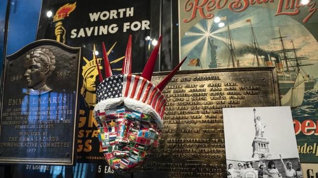 Patung Liberty yang selama ini berdiri gagah memegang obor di Liberty Island, Amerika Serikat, akan segera punya 'teman.' Museum Patung Liberty dibuka untuk umum, Kamis (16/5). (Drew Angerer/Getty Images/AFP)