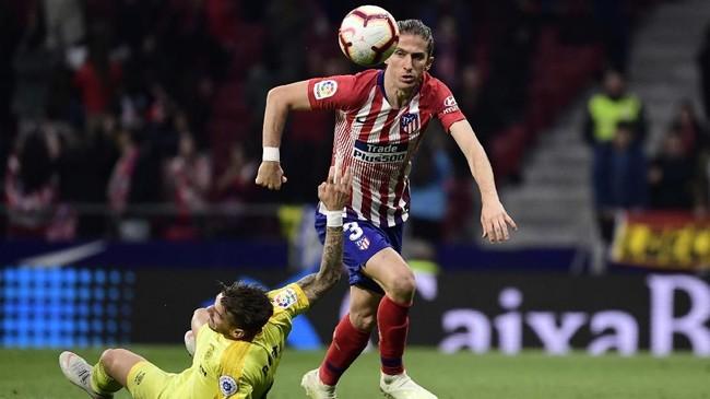 Bek Atletico Madrid asal Brasil, Filipe Luis, yang sudah berusia 33 tahun masih diminati klub-klub besar seperti Barcelona dan Paris Saint-Germain.(Photo by JAVIER SORIANO/AFP)