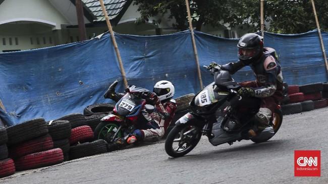 Setiap pebalap road race perlu menguasai dengan baik teknik serta detail lintasan yang digunakan. Kesalahan dalam perhitungan tidak saja membuat peluang menjadi pemenang hilang, namun juga bisa membahayakan keselamatan. (CNN Indonesia/Artho Viando)