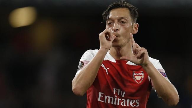 Mesut Oezil disebut sempat bermasalah dengan Unai Emery sehingga ia sempat dibangkucadangkan di paruh awal kompetisi.(Ian KINGTON / AFP)